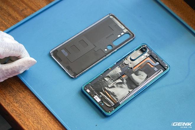 Mổ bụng Xiaomi Mi Note 10: Viên pin chiếm hơn phân nửa diện tích nội thất, cụm camera 108 MP khá to, cảm biến vân tay dưới màn hình rất mỏng - Ảnh 3.