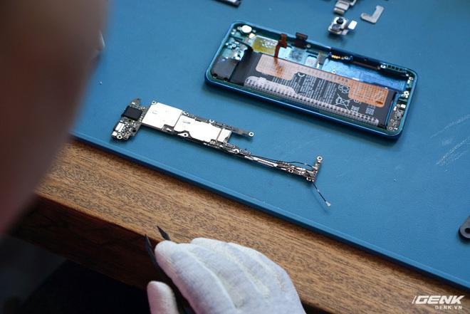 Mổ bụng Xiaomi Mi Note 10: Viên pin chiếm hơn phân nửa diện tích nội thất, cụm camera 108 MP khá to, cảm biến vân tay dưới màn hình rất mỏng - Ảnh 5.