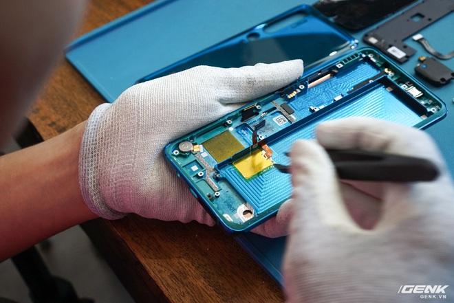 Mổ bụng Xiaomi Mi Note 10: Viên pin chiếm hơn phân nửa diện tích nội thất, cụm camera 108 MP khá to, cảm biến vân tay dưới màn hình rất mỏng - Ảnh 9.