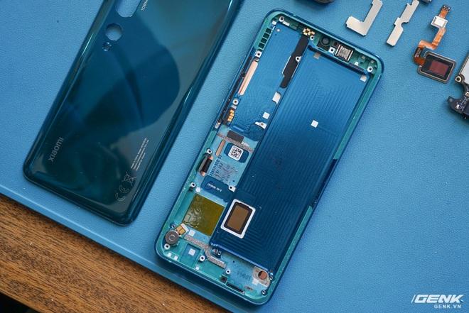 Mổ bụng Xiaomi Mi Note 10: Viên pin chiếm hơn phân nửa diện tích nội thất, cụm camera 108 MP khá to, cảm biến vân tay dưới màn hình rất mỏng - Ảnh 14.