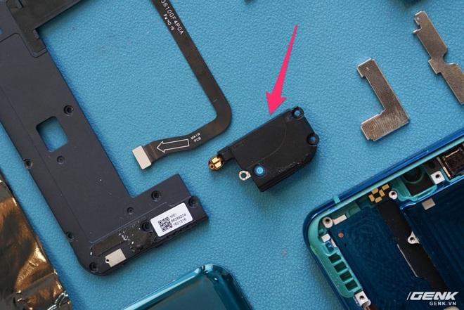Mổ bụng Xiaomi Mi Note 10: Viên pin chiếm hơn phân nửa diện tích nội thất, cụm camera 108 MP khá to, cảm biến vân tay dưới màn hình rất mỏng - Ảnh 13.
