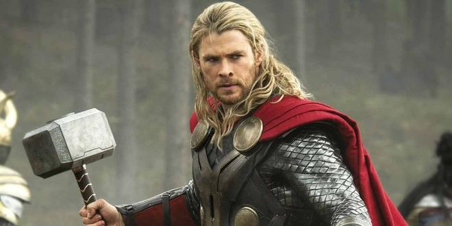 Suốt ngày vác búa Thor về bày chật cả nhà, Chris Hemsworth bị bà xã cấm tiệt không cho mang đạo cụ phim về nữa - Ảnh 1.