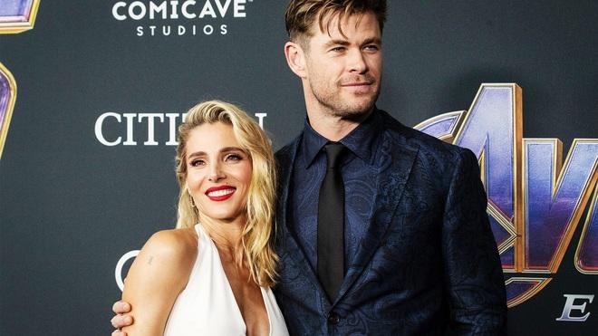 Suốt ngày vác búa Thor về bày chật cả nhà, Chris Hemsworth bị bà xã cấm tiệt không cho mang đạo cụ phim về nữa - Ảnh 2.