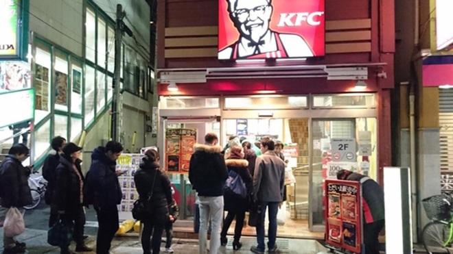 Tại sao người Nhật lại chuộng ăn KFC vào dịp Giáng sinh? Nhờ một sáng kiến đúng thời điểm từ hàng chục năm về trước - Ảnh 2.