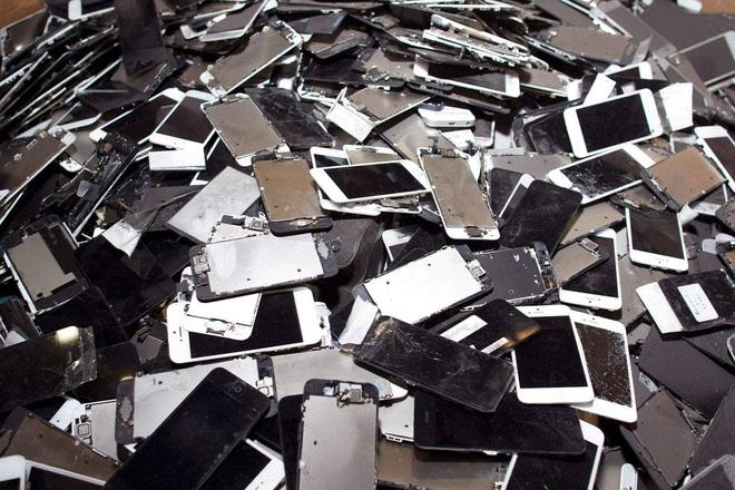 Thế giới bên kia của những chiếc smartphone bị vứt bỏ ngoài bãi rác - Ảnh 1.
