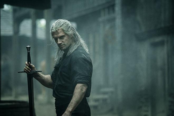 The Witcher lên sóng: Hay dở tùy cảm nhận, nhưng ai cũng phải đồng ý Henry Cavill nhập vai Geralt thì không thể chê vào đâu được - Ảnh 2.