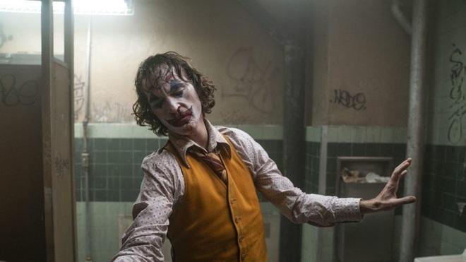 Ngỡ ngàng với mức lương thấp đến bất ngờ của Joaquin Phoenix trong Joker - Ảnh 2.