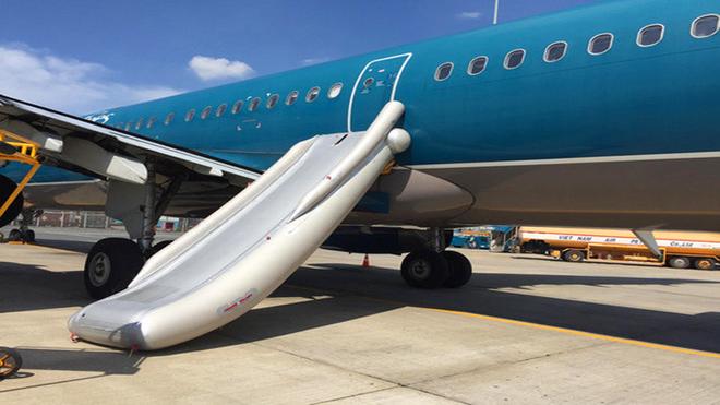 Đang yên đang lành tự nhiên chiếc cầu trượt thoát hiểm trên máy bay Boeing rơi thẳng xuống sân người dân ở dưới - Ảnh 1.