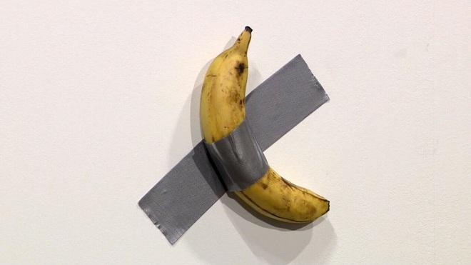 Quả chuối dán tường giá gần 3 tỷ đồng trưng bày tại triển lãm vừa bị một người đàn ông xơi ngon lành vì...quá đói - Ảnh 1.