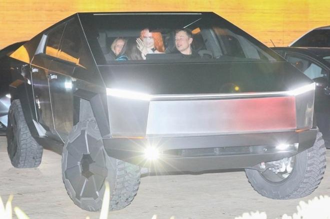 Tận dụng của nhà trồng được, Elon Musk lái Cybertruck ra ngoài ăn tối cùng bạn bè - Ảnh 3.