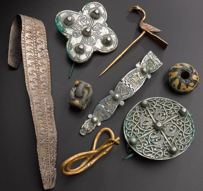 Đang đi dò kim loại, bỗng dưngđổi đời nhờ tìm thấy kho báu trị giá hàng triệu đô của người Viking - Ảnh 2.