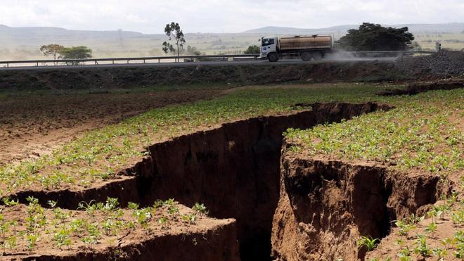 Mưa lớn khiến bề mặt Châu Phi lộ vết nứt khổng lồ, dấu hiệu cho thấy Lục Địa Đen sẽ sớm tách ra làm đôi - Ảnh 1.