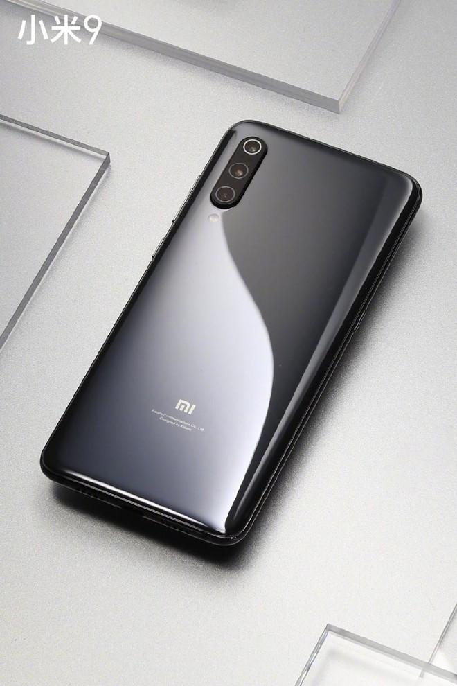 Sếp Xiaomi tuyên bố Mi 9 có cằm mỏng nhất phân khúc giá dưới 14 triệu, có thêm phiên bản màu bạc sang trọng và phụ kiện ốp lưng Alita độc đáo - Ảnh 3.