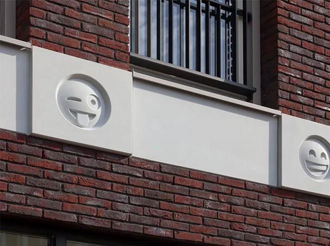 Tòa nhà độc đáo được trang trí ngoại thất bằng 22 biểu tượng emoji tại Hà Lan - Ảnh 1.
