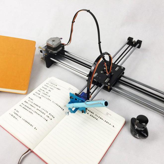 Học sinh Trung Quốc thi nhau mua robot giả chữ viết tay về làm bài tập cho nó nhàn - Ảnh 2.