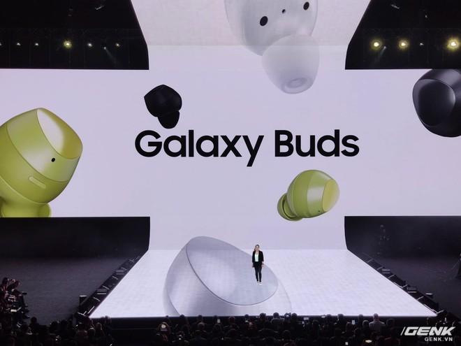 Samsung ra mắt tai nghe true wireless Galaxy Buds: Bluetooth 5.0, sạc không dây, tinh chỉnh bởi AKG, giá tương đương AirPods - Ảnh 1.