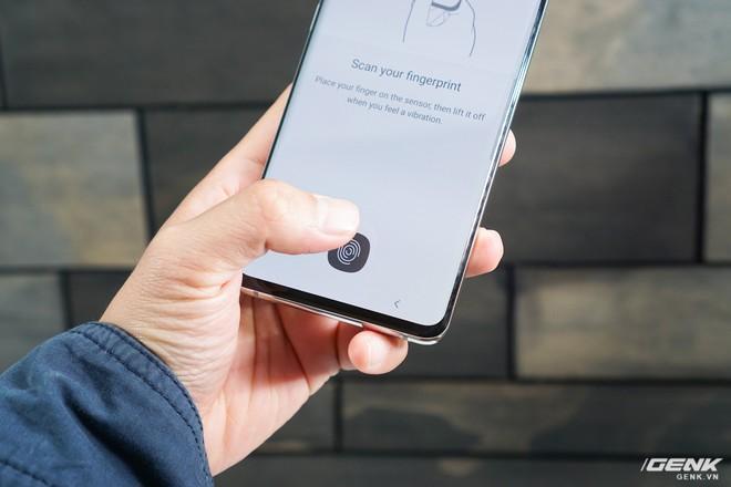 [Video] Thử nhúng tay vào cốc nước xem Galaxy S10 có nhận ra dấu vân tay không - Ảnh 1.