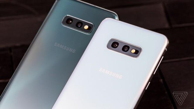 So sánh hai mẫu flagship giá tốt Samsung Galaxy S10E và iPhone XR - Ảnh 1.
