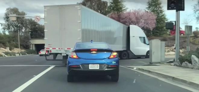 Xem xe tải chạy điện cỡ lớn của Tesla tăng tốc trên đường nhanh hơn cả sedan của Volvo - Ảnh 1.