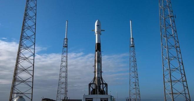 SpaceX vừa phóng thành công 3 tàu vũ trụ mới, 1 sẽ lên đường tới Mặt trăng - Ảnh 1.