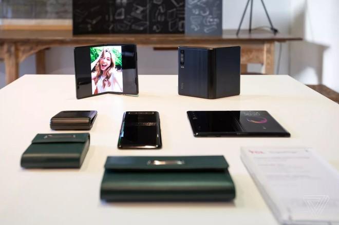 [MWC 2019] Đến lượt TCL tung smartphone màn hình gập: gập dạng vỏ sò, không cho dùng thử, giá chỉ 1.000 USD - Ảnh 4.