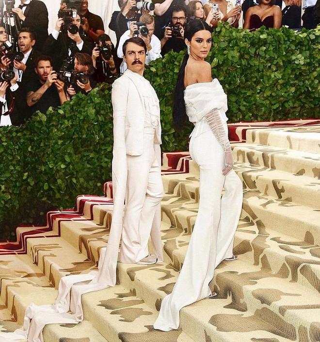 Biết là ảnh Photoshop, Internet vẫn ghen tỵ vì anh này được dắt tay Kendall Jenner đi chơi khắp nơi - Ảnh 2.