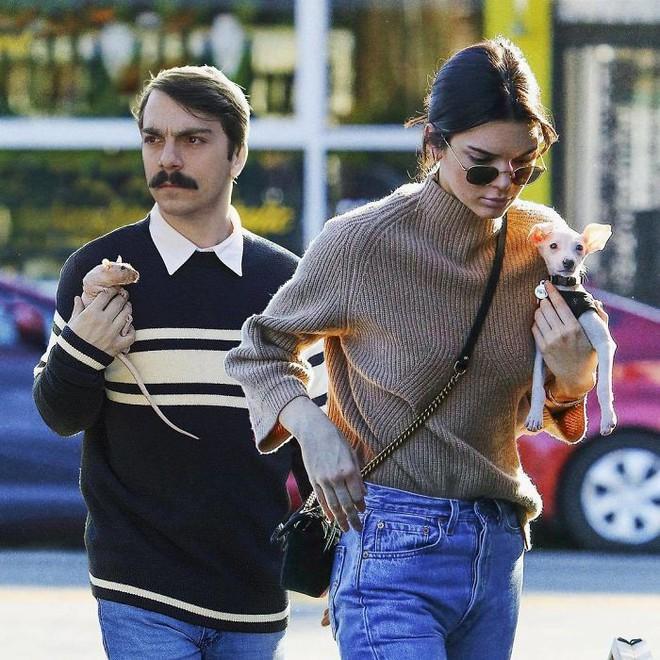 Biết là ảnh Photoshop, Internet vẫn ghen tỵ vì anh này được dắt tay Kendall Jenner đi chơi khắp nơi - Ảnh 3.