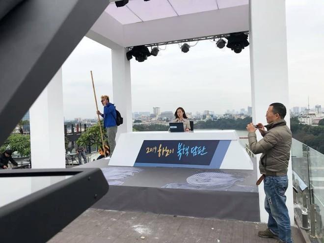 Chất như ekip Đài MBCNews Hàn Quốc chọn địa điểm dẫn bản tin thời sự tại Hà Nội - Ảnh 2.