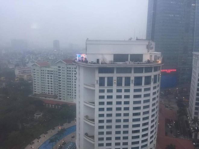 Chất như ekip Đài MBCNews Hàn Quốc chọn địa điểm dẫn bản tin thời sự tại Hà Nội - Ảnh 4.