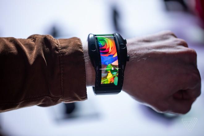 [MWC 2019] Nubia ra mắt smartphone màn hình gập có thể biến thành smartwatch, giá từ 12 triệu đồng - Ảnh 1.