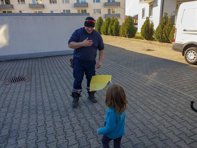 Đức: Chuột béo đến nỗi mắc kẹt ở nắp cống, 7 lính cứu hỏa phải toát mồ hôi mới cứu được - Ảnh 10.