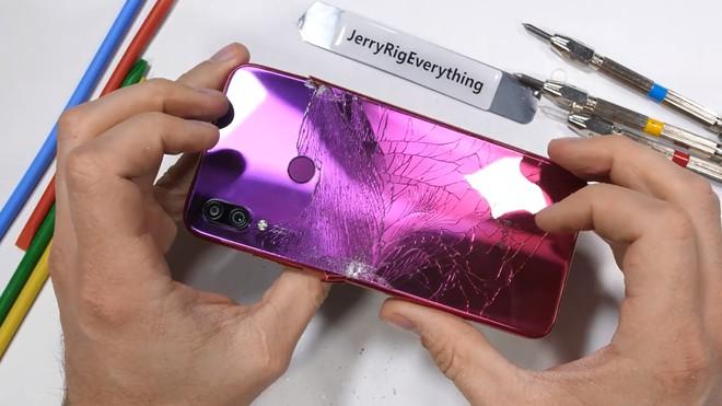 Redmi Note 7 dễ dàng bị bẻ cong bằng tay, không bền như quảng cáo? - Ảnh 9.