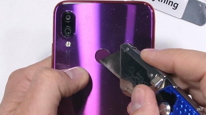Redmi Note 7 dễ dàng bị bẻ cong bằng tay, không bền như quảng cáo? - Ảnh 3.