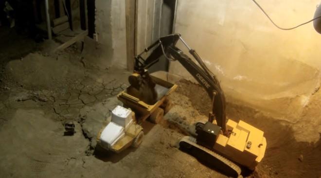 Xem YouTuber này đào tầng hầm chỉ bằng máy xúc và xe tải đồ chơi - Ảnh 1.