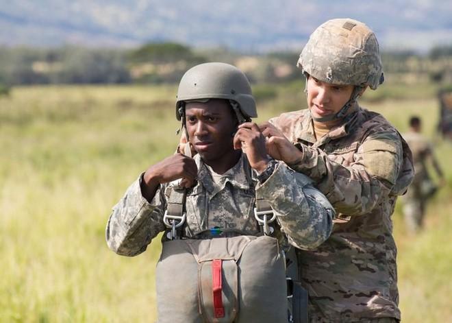 Mũ bảo hiểm của người lính xuyên suốt hai cuộc chiến tranh thế giới khác nhau như thế nào? - Ảnh 12.