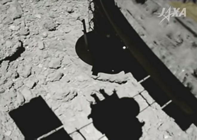 Xem khoảnh khắc tàu vũ trụ Hayabusa 2 của Nhật Bản đáp xuống tiểu hành tinh từng hình thành cùng Hệ Mặt Trời - Ảnh 1.