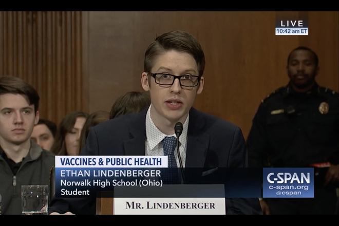 Cậu bé Mỹ trốn nhà đi tiêm chủng phát biểu trước Thượng viện Hoa Kỳ về vắc-xin: Đừng lên Facebook để tìm hiểu thông tin - Ảnh 1.