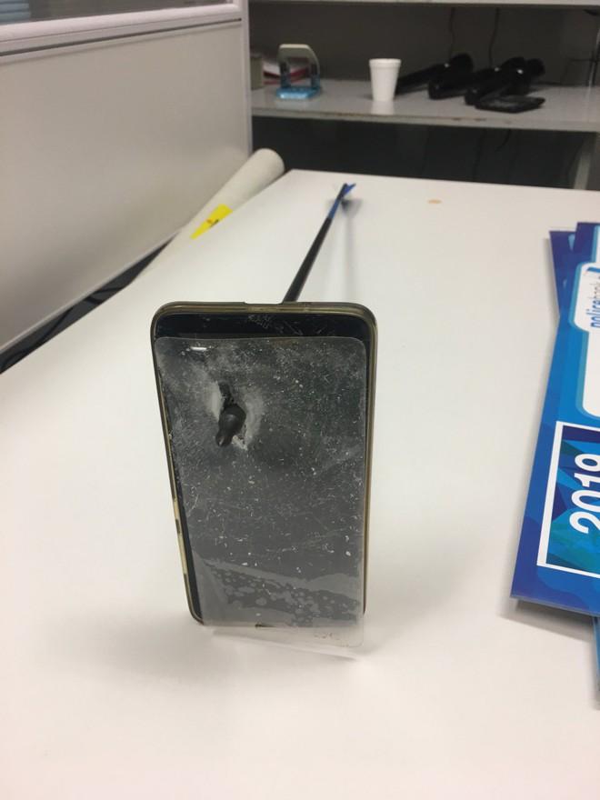 Anh người Úc may mắn thoát chết sau khi smartphone đỡ hộ mũi tên của kẻ lạ mặt - Ảnh 2.