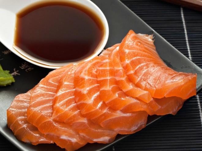 Chỉ xem Youtube, ông bố Nhật đã tạo ra những tác phẩm nghệ thuật đáng kinh ngạc từ cá sống - Ảnh 1.