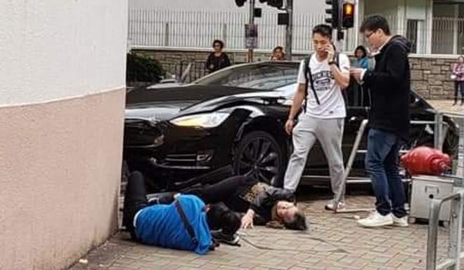Xe Tesla hóa sao xẹt sau khi va chạm với Mercedes-Benz rồi tông trúng 3 người ở Hồng Kông - Ảnh 2.
