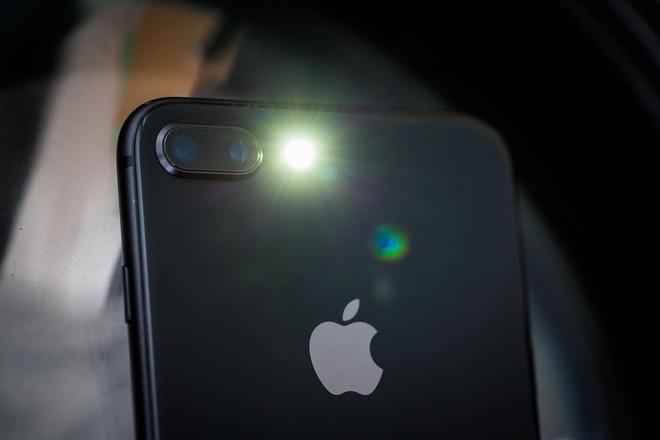 Góc giải ngố: Vì sao smartphone gần hết pin không thể bật flash chụp ảnh, nhưng bật làm đèn pin thì được? - Ảnh 1.