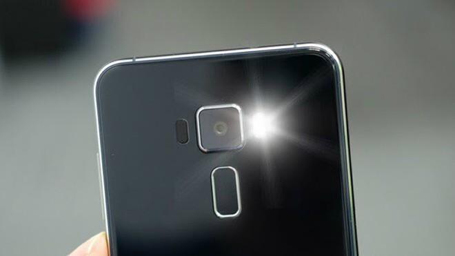 Góc giải ngố: Vì sao smartphone gần hết pin không thể bật flash chụp ảnh, nhưng bật làm đèn pin thì được? - Ảnh 2.