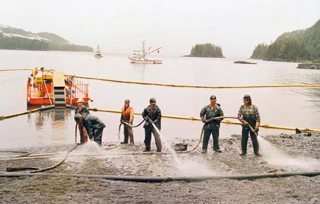 Sau 30 năm, những bức ảnh từ thảm họa tràn dầu Exxon Valdez vẫn còn gây ám ảnh - Ảnh 14.
