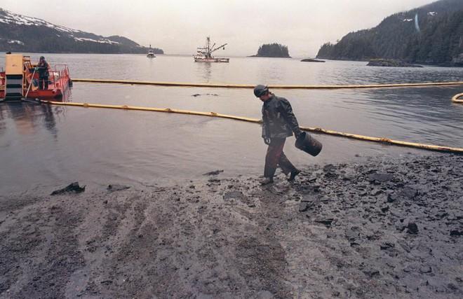 Sau 30 năm, những bức ảnh từ thảm họa tràn dầu Exxon Valdez vẫn còn gây ám ảnh - Ảnh 17.