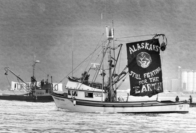 Sau 30 năm, những bức ảnh từ thảm họa tràn dầu Exxon Valdez vẫn còn gây ám ảnh - Ảnh 22.