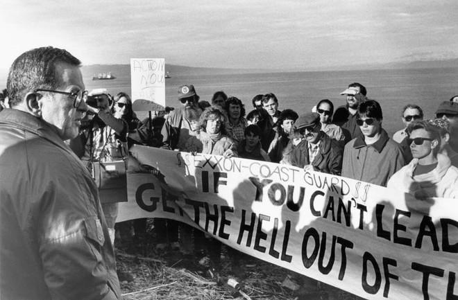 Sau 30 năm, những bức ảnh từ thảm họa tràn dầu Exxon Valdez vẫn còn gây ám ảnh - Ảnh 23.