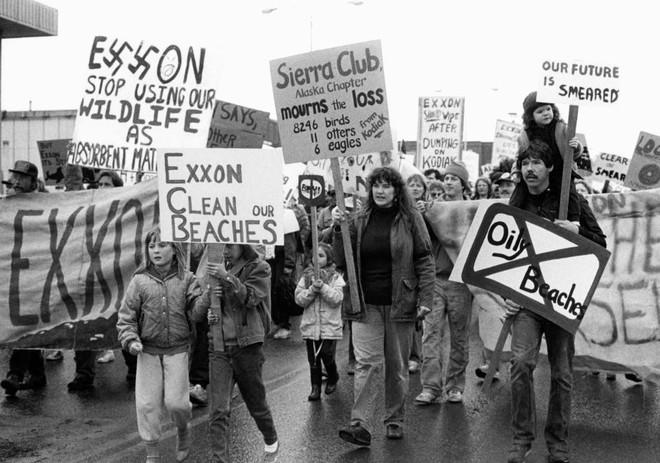 Sau 30 năm, những bức ảnh từ thảm họa tràn dầu Exxon Valdez vẫn còn gây ám ảnh - Ảnh 24.