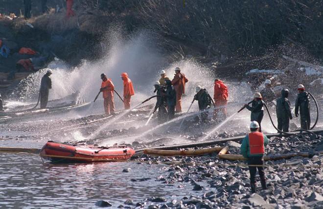 Sau 30 năm, những bức ảnh từ thảm họa tràn dầu Exxon Valdez vẫn còn gây ám ảnh - Ảnh 5.