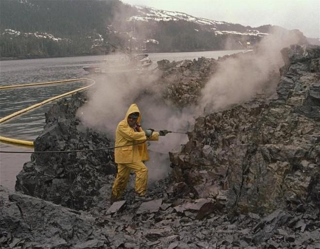 Sau 30 năm, những bức ảnh từ thảm họa tràn dầu Exxon Valdez vẫn còn gây ám ảnh - Ảnh 6.