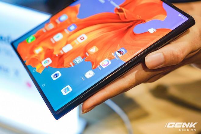 Huawei Mate X đầu tiên đã về Việt Nam: gập mở dễ dàng, ít bị nhăn, tính năng soi gương trên camera khá hay, giá khoảng 60 triệu - Ảnh 4.